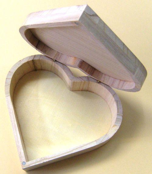 """BOX """"HEART"""" - Голяма дървена кутия сърце 17х16х6 см."""